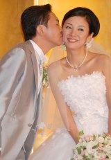 結婚式披露宴後に行った会見で、国分佐智子にキスする林家三平 (C)ORICON DD inc.