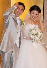 結婚披露宴後の会見で、仲良く「どうもすいません」ポーズを披露する林家三平&国分佐智子 (C)ORICON DD inc.