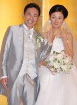 結婚披露宴後の会見で結婚指輪をみせ、ノロけた林家三平と国分佐智子 (C)ORICON DD inc.