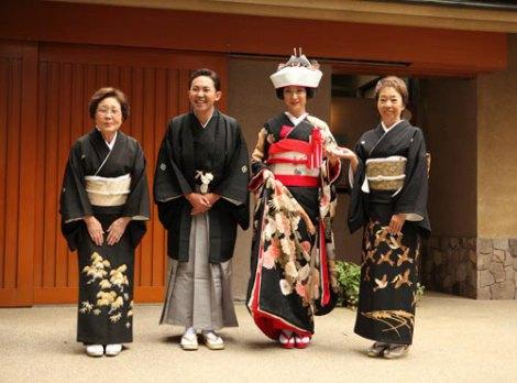 結婚披露宴前に婚礼衣裳でご近所に挨拶まわり、その後上野・寛永寺で参詣した林家三平&国分佐智子夫妻と両母