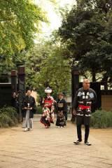 結婚披露宴前に婚礼衣裳でご近所に挨拶まわり、その後上野・寛永寺で参詣した林家三平&国分佐智子夫妻