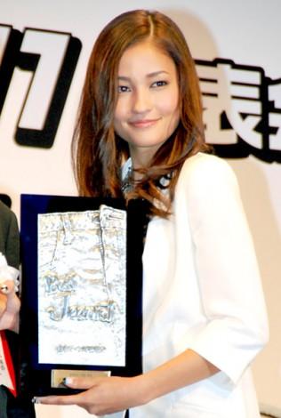 サムネイル 第28回『ベストジーニスト2011』を初受賞した黒木メイサ (C)ORICON DD inc.