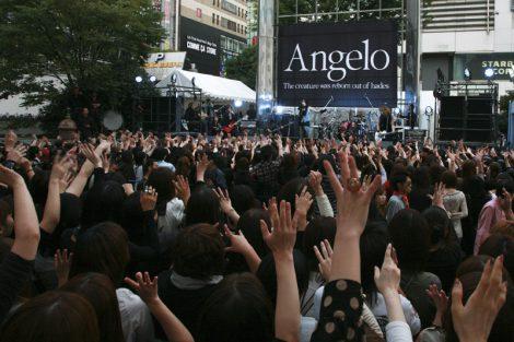 新宿でゲリラライブを行ったAngelo