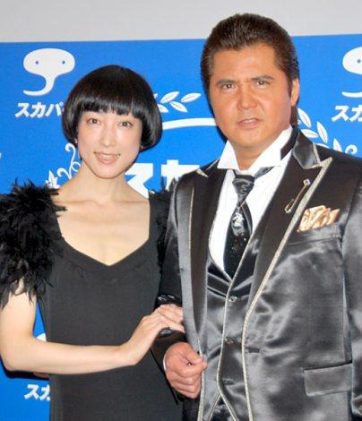 『スカパー!アワード2011』ブルーカーペットに出席した緒川たまき、竹内力 (C)ORICON DD inc.