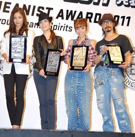 サムネイル 第28回『ベストジーニスト2011』を受賞した(左から)黒木メイサ、真矢みき、若槻千夏、鬼塚勝也 (C)ORICON DD inc.