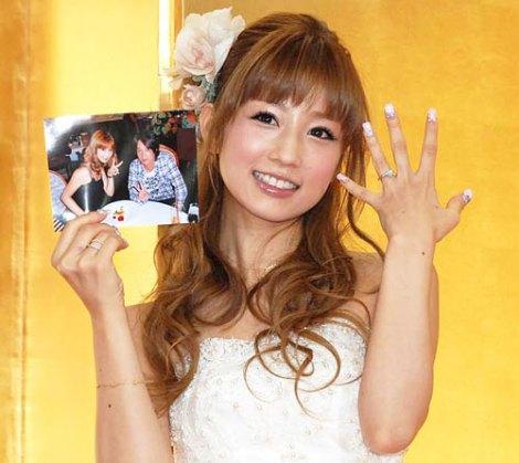 サムネイル お相手・菊地勲さんとの2ショット写真とダイヤの指輪を輝かせ、笑顔で結婚報告した小倉優子 (C)ORICON DD inc.