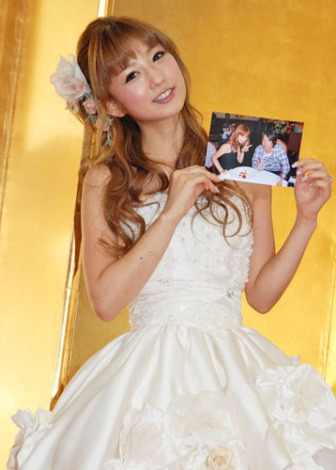 ミニウエディングドレス姿で結婚報告会見を行った小倉優子 (C)ORICON DD inc.