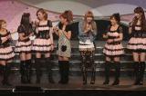 ライブ中、よっすぃー(吉澤ひとみ・左から3番目)と目が合ったのに笑ってくれなかったと辻(左から4番目)がクレーム!?