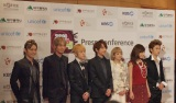 記者会見時のAAA(左から日高光啓、浦田直也、末吉秀太、西島隆弘、伊藤千晃、宇野実彩子、與真司郎)