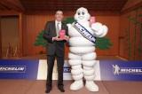 『ミシュランガイド京都・大阪・神戸・奈良2012』概要を発表した日本ミシュランタイヤのベルナール・デルマス社長とミシュランマン