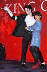 『マダム・タッソー東京』でマイケル・ジャクソンの等身大フィギュアにハグする大島優子 (C)ORICON DD inc.