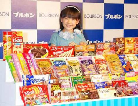 サムネイル たくさんのお菓子を前にニッコリ (C)ORICON DD inc.