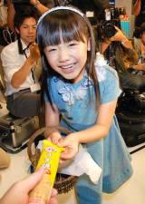 ブルボンの新CMキャラクターに起用された芦田愛菜、報道陣にお菓子を手渡し (C)ORICON DD inc.