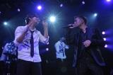 コラボ曲「I Believe」を披露したシン・ヘソンと清木場俊介(右)