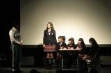 楽曲とリンクした芝居を熱演するメンバー(生徒役左から:三吉、杉崎、菊池、田口、佐藤)