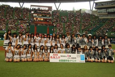 西武ドームでお披露目されたHKT48(中央から左)はAKB48メンバー(中央から右)との対面にドキドキ!? (C)ORICON DD inc.