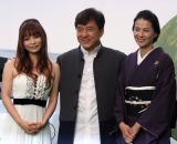 『東京国際映画祭』のオープニング特別招待作品『1911』の上映前に姿を見せた、中川翔子(左)ジャッキー・チェン(中央)、江角マキコ (C)ORICON DD inc.