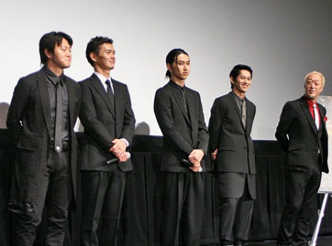 『第24回東京国際映画祭』で上映された、映画『ハードロマンチッカー』の舞台あいさつに出席した(左から)遠藤要、渡部篤郎、松田翔太、永山絢斗、グ・スーヨン監督