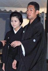 歌舞伎俳優・中村芝翫さんの葬儀告別式に参列した、中村勘太郎(右)・前田愛夫妻 (C)ORICON DD inc.