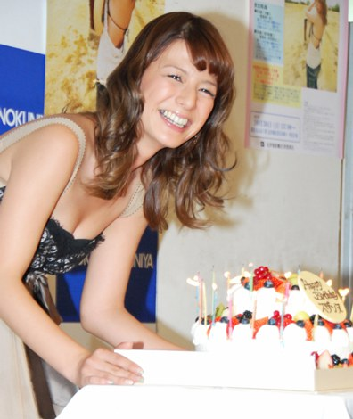 サムネイル 写真集『SECOND SEASON』発売記念イベントでバースデーケーキが登場し笑顔を見せるスザンヌ (C)ORICON DD inc.