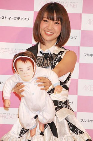 赤ちゃんの人形を手に会見に出席したAKB48大島優子、将来子供の予定は「2人以上」 (C)ORICON DD inc.