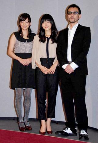NHKスペシャルドラマ『使命と魂のリミット』の記者会見に出席した(左から)倉科カナ、石原さとみ、吹越満 (C)ORICON DD inc.