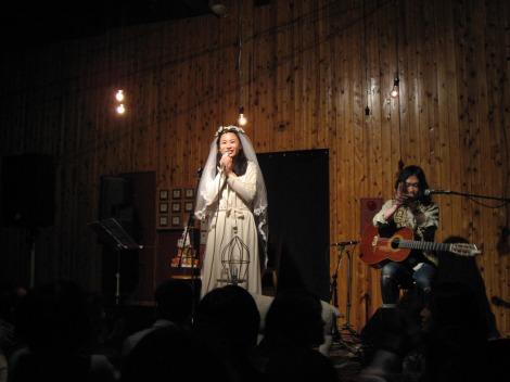 サムネイル ライブで結婚を発表した羊毛とおはな・千葉はな