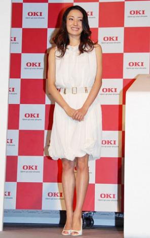 白のドレスを着た菅野美穂