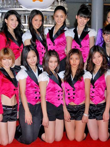 CD発売が決定した「E-Girls」のメンバー・Happiness(前列左からMIYUU、YURINO、SAYAKA、MIMU、後列左からKAREN、KAEDE、MAYU) (C)ORICON DD inc.