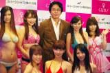 グラビアアプリ『くるカレ』発表会に出席した山路徹氏と9名のグラビアアイドルたち (C)ORICON DD inc.