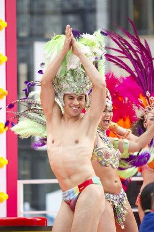 コンパクトカー『ラクティス』のCM撮影イベントでサンバを踊る小島よしお