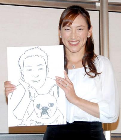 サムネイル 友人が描いたというお相手の似顔絵を手に結婚を報告した杉山愛 (C)ORICON DD inc.
