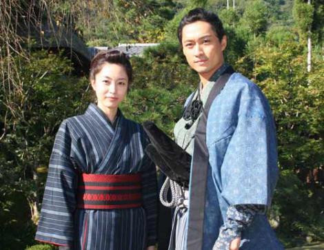 青山倫子主演の時代劇シリーズ『逃亡者 おりん』(テレビ東京系)が、約5年ぶりに連ドラで復活 (左から)青山倫子、渡辺大