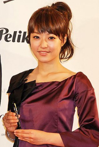 『万年筆ベストコーディネイト賞2011』を受賞した井上真央 (C)ORICON DD inc.