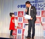 『2011 小学館DIMEトレンド大賞』贈賞式に出席した芦田愛菜(左)と、司会を務めた吉田照美 (C)ORICON DD inc.