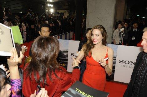 映画『マネーボール』のジャパンプレミアレッドカーペットで、ファンからのサインに応じるアンジェリーナ・ジョリー