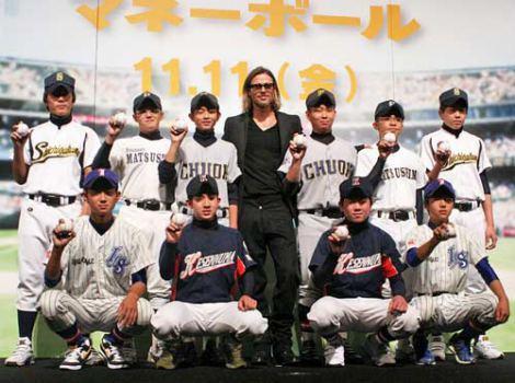 主演映画『マネーボール』のジャパンプレミアで、東日本大震災の被災地域の野球チームに所属する野球少年たちにエールをおくった (C)ORICON DD inc.