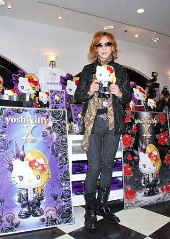 東京・銀座のサンリオ直営店を訪問したYOSHIKI、この日は「yoshikitty」の2012年向け新デザインもお披露目に (C)ORICON DD inc.