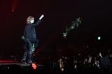 客席にバラを投げるパフォーマンスをみせたYOSHIKI(写真:片山よしお)