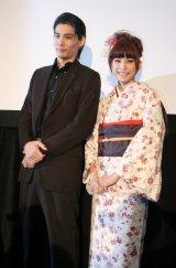 初主演映画『恋谷橋』の公開初日舞台あいさつに登場した、(左から)水上剣星、上原多香子 (C)ORICON DD inc.