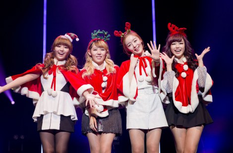 サンタ姿に変身したSecret(左から)ジウン、ジンガー、ソナ、ヒョソン