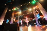 ライブイベント『HMV THE 2MAN』に出演し、「今すぐKiss Me」をセッションした中川翔子(右から2人目)とゴールデンボンバー