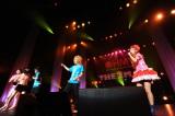 ライブイベント『HMV THE 2MAN』に出演し、「今すぐKiss Me」をセッションした中川翔子(右端)とゴールデンボンバー