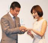 中山が生田の指に指輪をはめるのは結婚式以来