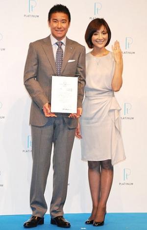 『第4回プラチナ夫婦アワード』を受賞した、中山雅史・生田智子夫妻 (C)ORICON DD inc.