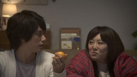 スカパーの新CMに出演する松山ケンイチ(左)と森三中・黒沢かずこ(右)