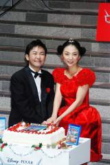 アニメ映画『カーズ2』のブルーレイ発売記念イベントで、挙式披露宴では実現しなかったケーキ入刀を行った、(左から)林家三平・国分佐智子夫妻 (C)ORICON DD inc.