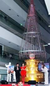 アニメ映画『カーズ2』のブルーレイ発売記念イベントに、ウォルト・ディズニー生誕100周年を記念して創られたスワロフスキークリスタルを使用した高さ10メートルのクリスマスツリーが登場 (C)ORICON DD inc.