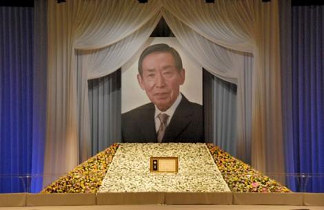 藤田まことさんの遺影が飾られた献花台 (C)ORICON DD inc.