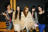 TOKYO FM『SCHOOL OF LOCK!』内の『板野友美のGIRLS LOCKS!』で初共演したAKB48板野友美(写真中央)とBRIGHT